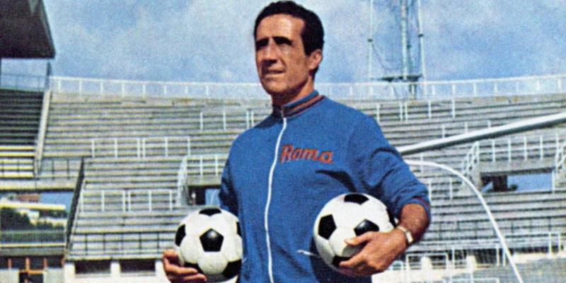 Un jugador con dos balones de futbol