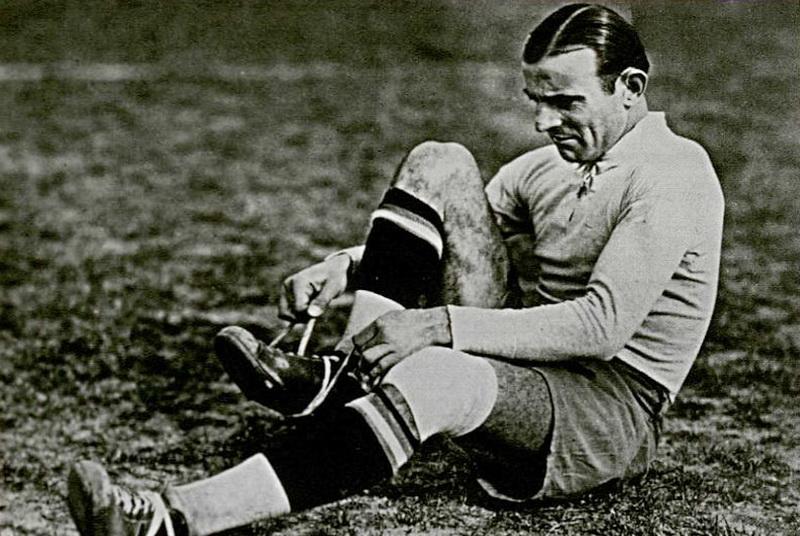 Un jugador de fútbol ata los zapatos