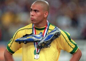 Zapatos colgados en el cuello de un futbolista